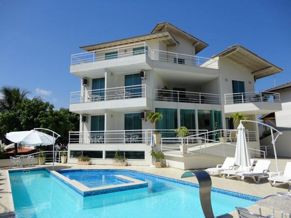 Piscina com cascata, raia de 12,5 metros para natação e hidromassagem.  :: Pousada Camboinhas Beach - Niterói RJ