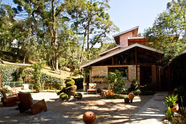 fachada da pousada e solarium :: Pousada Villa Tambo - Campos do Jordão SP