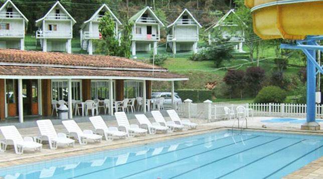 Piscina com toboágua e 2 piscinas infantis, lanchonete e salão de jogos. :: Hotel Piccolo Mondo - Mairiporã SP