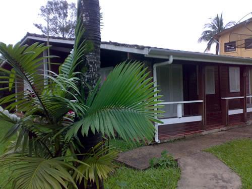 Fachada frontal, casa para para hospedagem e chalés tipo apartamento ao fundo :: Chalés Mar Virado - Ubatuba SP