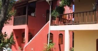área dos chalés e casa -conforto, num ambiente aconchegante, arborizado, com passaros, beija flores, :: Pousada Gabriela - Arraial D'Ajuda BA