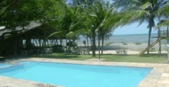 A piscina que fica em frente ao mar ao lado do restaurante e também em frente aos chalés que estão de frente ao mar :: Pousada Chalés do Mar - Icapuí CE