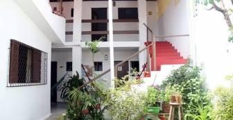 Pode subir e entrar nos quartos - neste andar temos quartos grandes e 01 coletivo - Fica à-vontade escolher :: Pousada Flor Dália - Natal RN