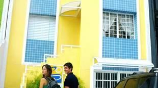 Na frente do hotel, recuo para carga e descarga das bagagens. Subindo a escada: Recepção. :: Hotel e Pousada Cantinho da Praia - Santos SP